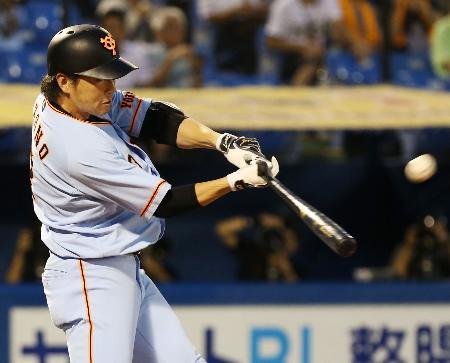 1回巨人無死、長野が中越えに先頭打者本塁打を放つ=神宮