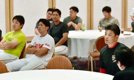 宿舎でヤクルト―巨人を観戦する緒方監督(右端)と広島の選手たち。左端は丸=9日、東京都内