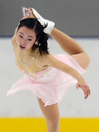 女子SPで演技する本田真凜=新横浜スケートセンター