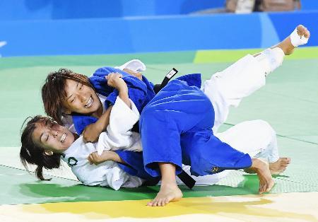 女子57キロ級3位決定戦 スペイン選手(下)を攻める広瀬順子=リオデジャネイロ(共同)