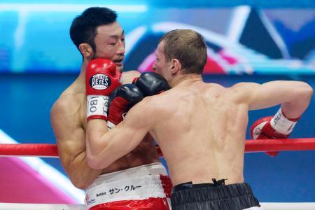 IBFスーパーライト級タイトルマッチでロシアのエドゥアルド・トロヤノフスキー(右)に攻め込まれる小原佳太=モスクワ(AP=共同)