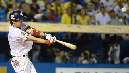 7回ヤクルト1死、山田が右越えにこの試合3本目の本塁打を放つ=神宮