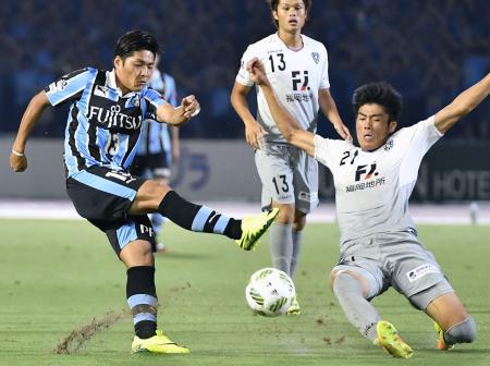 川崎―福岡 前半、ゴールを狙う川崎・大久保(左)=等々力