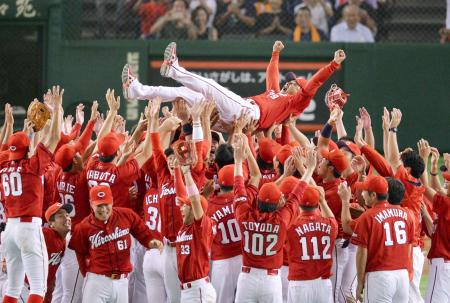 25年ぶり7度目の優勝を決め、胴上げされるプロ野球広島の緒方監督=10日、東京ドーム