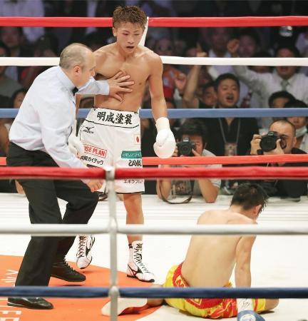 10回、ペッチバンボーン(右)からダウンを奪い、KO勝ちした井上尚弥=4日、座間市民体育館