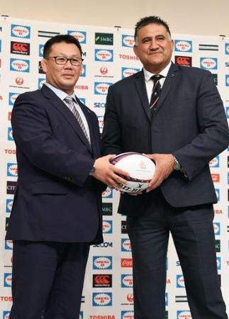 記念撮影に納まるラグビー日本代表の新ヘッドコーチに就任したジェイミー・ジョセフ氏(右)と、男子15人制強化責任者の薫田真広氏=東京都内のホテル(共同)