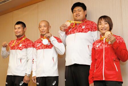 記者会見を終え、獲得したメダルを持つリオ・パラリンピック柔道代表の(左から)藤本聡、広瀬誠、正木健人、広瀬順子=14日午後、成田空港