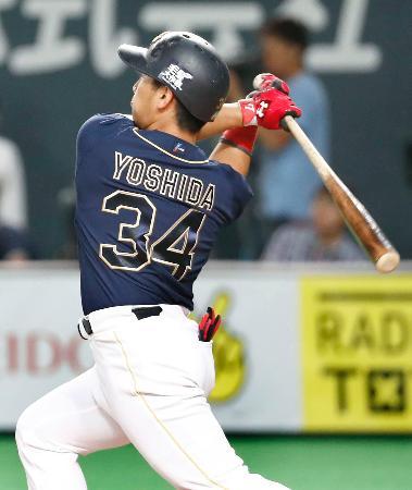 7回オリックス2死一、二塁、吉田正が右中間に、この試合2本目の本塁打となる3ランを放つ=札幌ドーム