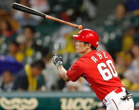 8回広島1死一、三塁、安部が右越えに逆転の2点二塁打を放つ=甲子園