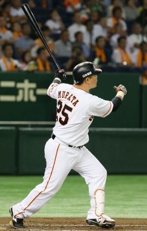 1回巨人1死二、三塁、村田が左越えに逆転3ランを放つ=東京ドーム
