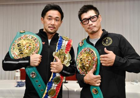 WBCダブル世界戦から一夜明け、ポーズをとる長谷川穂積(右)と山中慎介=17日午前、大阪市