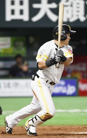 9回ソフトバンク2死一、二塁、中村晃が中前に同点打を放つ=ヤフオクドーム