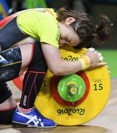 重量挙げ女子48キロ級のジャークで107キロに成功し、バーベルをなでて喜ぶ三宅宏実=リオデジャネイロ(共同)