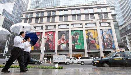 商業施設の壁面にお目見えしたリオデジャネイロ五輪メダリストらの巨大ポスター=20日午後、東京・日本橋