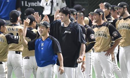 ソフトバンクに勝利しハイタッチする大谷(中央)ら日本ハムナイン=ヤフオクドーム