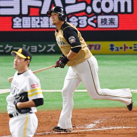 7回日本ハム1死一塁、中田が右越えに2ランを放つ。投手五十嵐=ヤフオクドーム