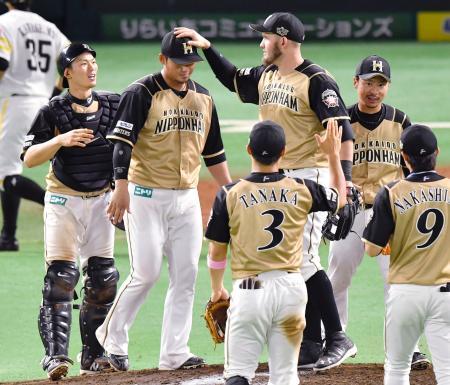 ソフトバンクに連勝しレアード(左から3人目)に頭をなでられる日本ハム・中田=ヤフオクドーム