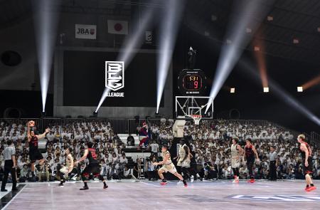 開幕したバスケットボール男子のBリーグのA東京―琉球戦。光線やCGが試合を華やかに彩った=22日、東京・国立代々木競技場