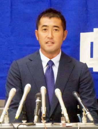 引退の記者会見をする中日の雄太投手=23日、ナゴヤドーム