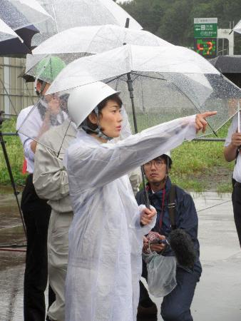2020年東京五輪・パラリンピックのメインスタジアムとなる新国立競技場の建設予定地を視察する丸川五輪相=23日午後、東京都新宿区