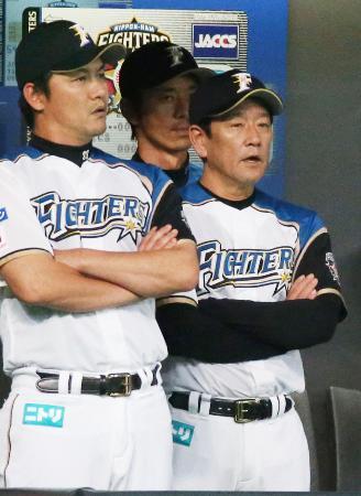 楽天に敗れ、さえない表情の日本ハム・栗山監督(右)=札幌ドーム