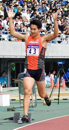 男子200メートルで優勝し喜ぶ飯塚翔太=ヤンマースタジアム長居