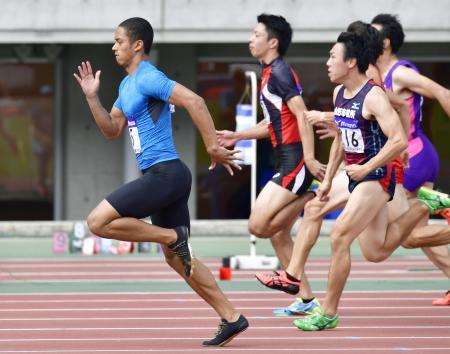 男子100メートル予選 10秒22で準決勝に進んだケンブリッジ飛鳥(左端)=ヤンマースタジアム長居