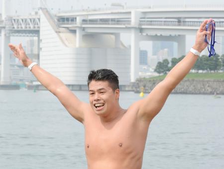 男子10キロで優勝し喜ぶ平井康翔=東京都お台場海浜公園