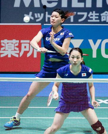 女子ダブルス決勝 リターユヒル、ペデルセン組に敗れ、準優勝に終わった高橋礼(奥)、松友組=東京体育館