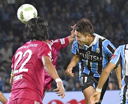 川崎―横浜M 試合終了間際、ヘディングで決勝ゴールを決める川崎・小林=等々力