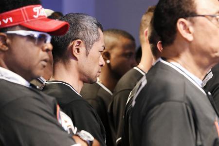 マーリンズのフェルナンデス投手が事故死し、記者会見場で沈痛な表情のイチロー(中央)=25日、マイアミ(共同)