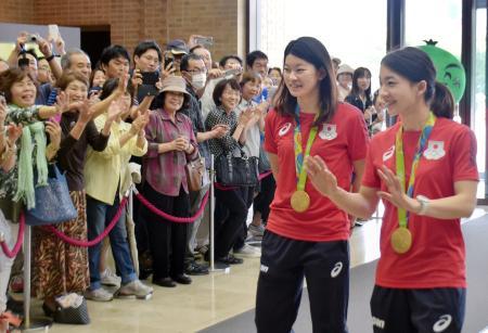 徳島県庁を訪れ、出迎えの人たちに笑顔で応えるリオ五輪バドミントン女子ダブルス金の松友美佐紀選手(右)と高橋礼華選手=26日午後