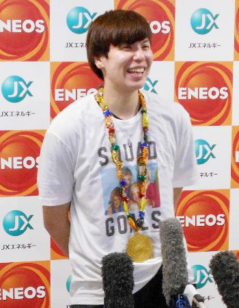 帰国後、笑顔で取材に応じる渡嘉敷来夢=26日午後、成田空港