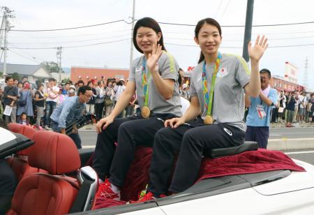 凱旋パレードする、リオ五輪バドミントン女子ダブルス金メダリストの高橋礼華選手(左)と松友美佐紀選手=27日午前、徳島県藍住町