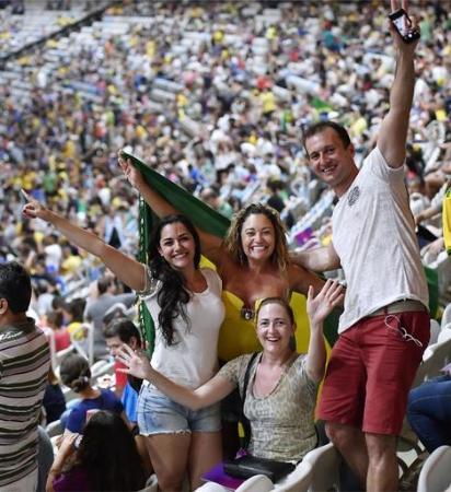 リオ・パラリンピック閉会式を前に盛り上がる観客=リオデジャネイロ(共同)