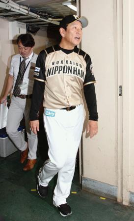 優勝決定が持ち越しとなり、引き揚げる日本ハム・栗山監督=西武プリンスドーム