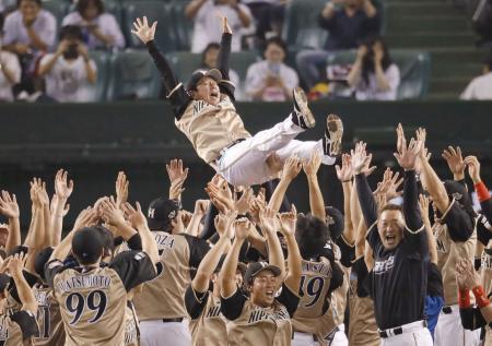 4年ぶりのパ・リーグ優勝を決め、胴上げされる日本ハムの栗山英樹監督=28日、埼玉県所沢市の西武プリンスドーム