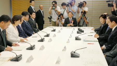 新国立競技場に関する関係閣僚会議であいさつする丸川五輪相(左手前から2人目)。右奥は東京都の小池百合子知事=30日午前、首相官邸