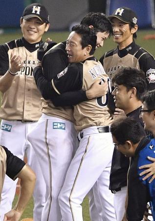 4年ぶりのパ・リーグ優勝を決め、抱き合い喜ぶ日本ハム・大谷(中央左)と栗山監督=西武プリンスドーム