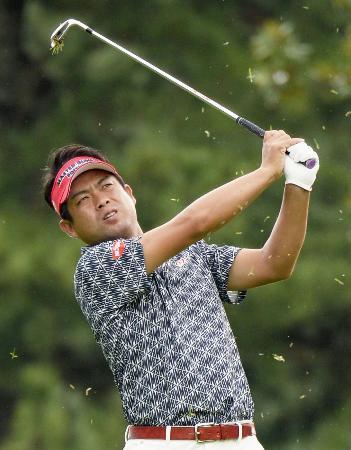 第2日、1番で第2打を放つ池田勇太。通算9アンダーで首位=三好CC
