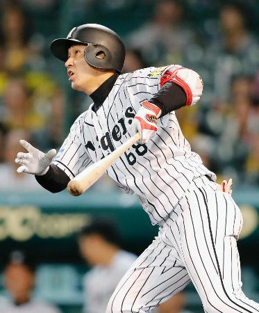9回阪神1死満塁、俊介がサヨナラの中犠飛を放つ=甲子園