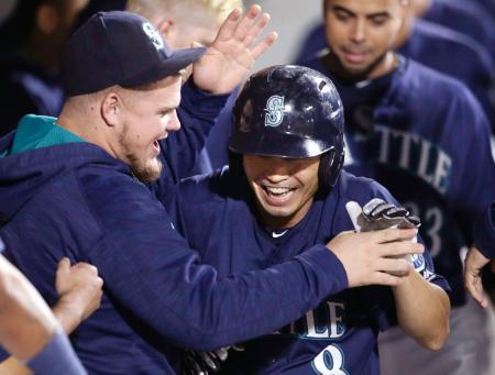 アスレチックス戦の2回、本塁打を放ちベンチの祝福を受けるマリナーズ・青木(右)=シアトル(AP=共同)