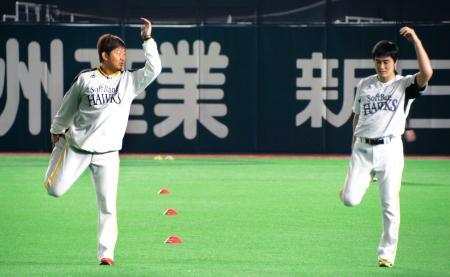 同級生の和田(右)と共に練習するソフトバンク・松坂=ヤフオクドーム