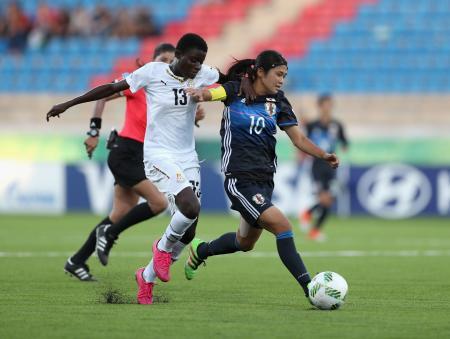 ガーナの選手(左)とボールを競り合う日本選手(ゲッティ=共同)