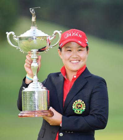 日本女子オープン選手権で最年少のアマチュア初優勝を決め、トロフィーを手に笑顔の畑岡奈紗=2日、栃木県の烏山城CC