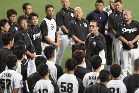 練習前に選手らにあいさつする中日の森新監督(中央右)=ナゴヤドーム
