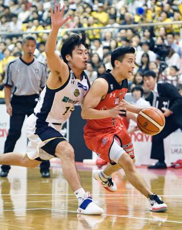 千葉―栃木 第3クオーター、競り合う千葉・富樫(右)と栃木・渡辺=船橋市総合体育館