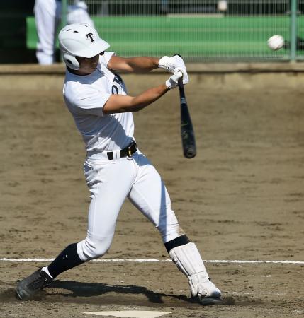 秀岳館―東邦 2回表東邦2死二塁、鈴木光が右翼線に適時二塁打を放つ=花巻球場