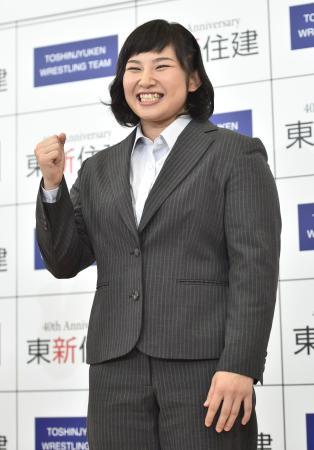 東新住建への入社が内定し、記者会見でポーズをとる土性沙羅=3日午後、名古屋市