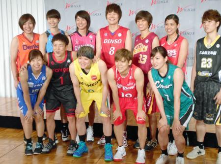 バスケットボール女子のWリーグ開幕を控え、記念撮影するJX―ENEOSの吉田主将(前列左から3人目)ら=3日午後、東京都渋谷区